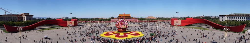 这是10月14日拍摄的天安门广场中心花坛(全景拼接图片)。