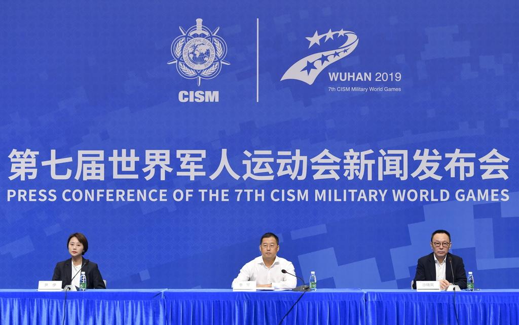 10月15日,开闭幕式团队总监李军(中)、视觉总监沙晓岚(右)、副总导演尹伊在发布会。