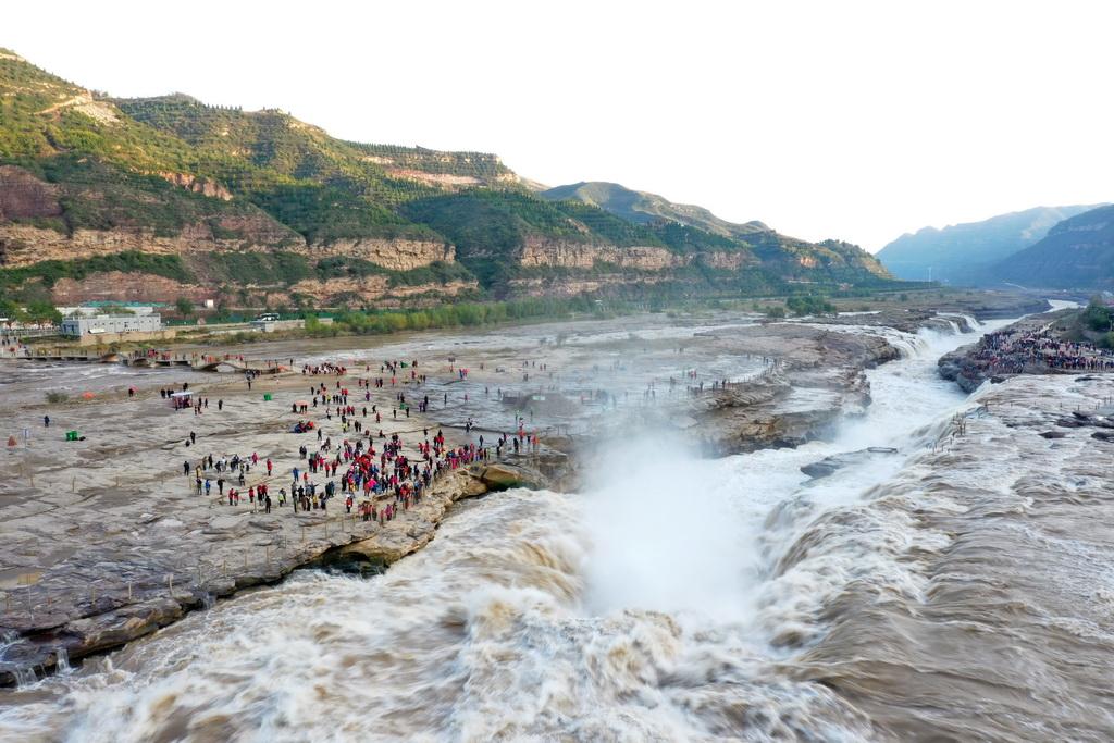 这是10月17日无人机拍摄的位于山西吉县的壶口瀑布。