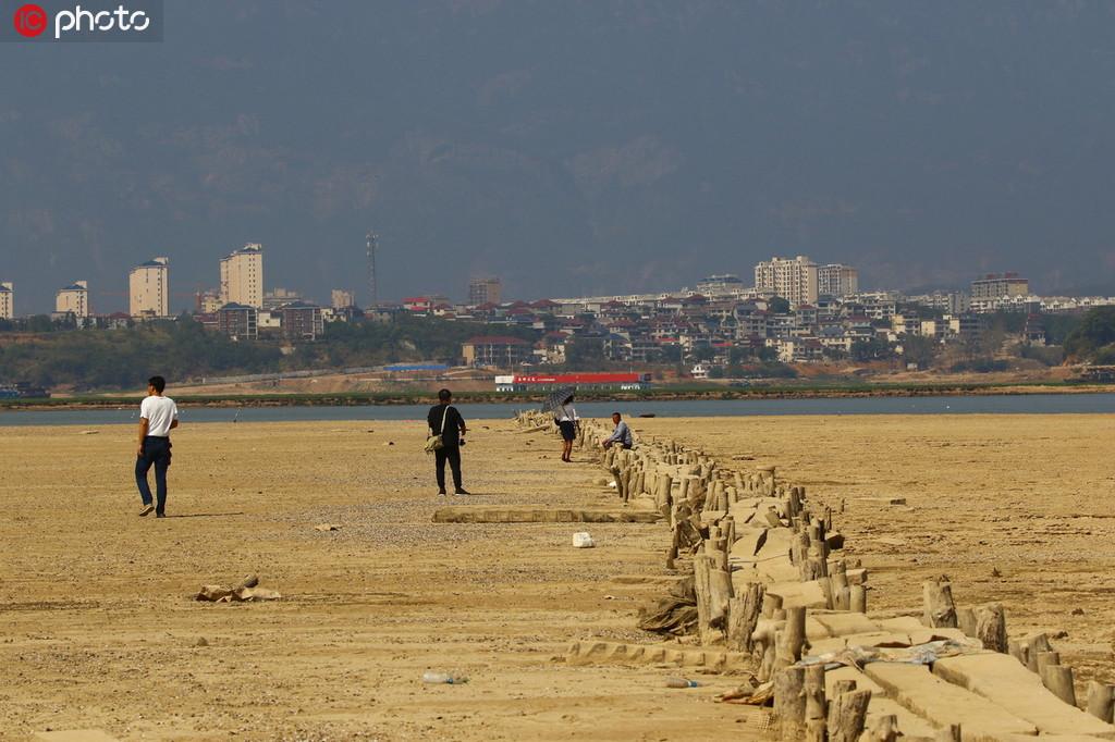 江西鄱阳湖水位持续走低 湖底600年古桥露真容