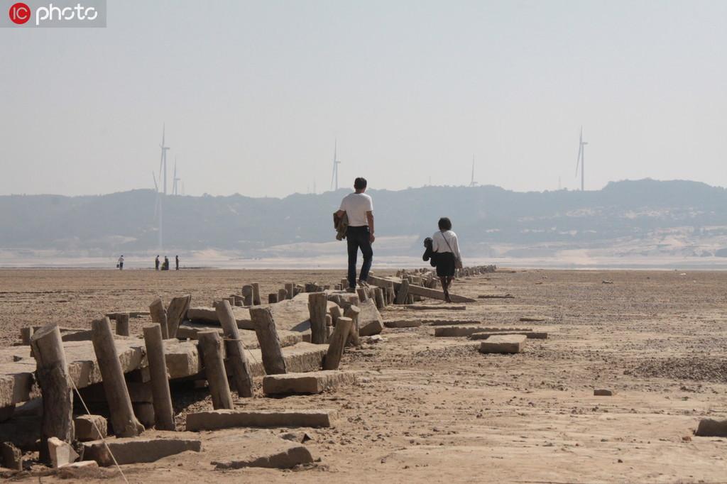 江西鄱阳湖水位持续走低 湖底600年古桥露真容【3】