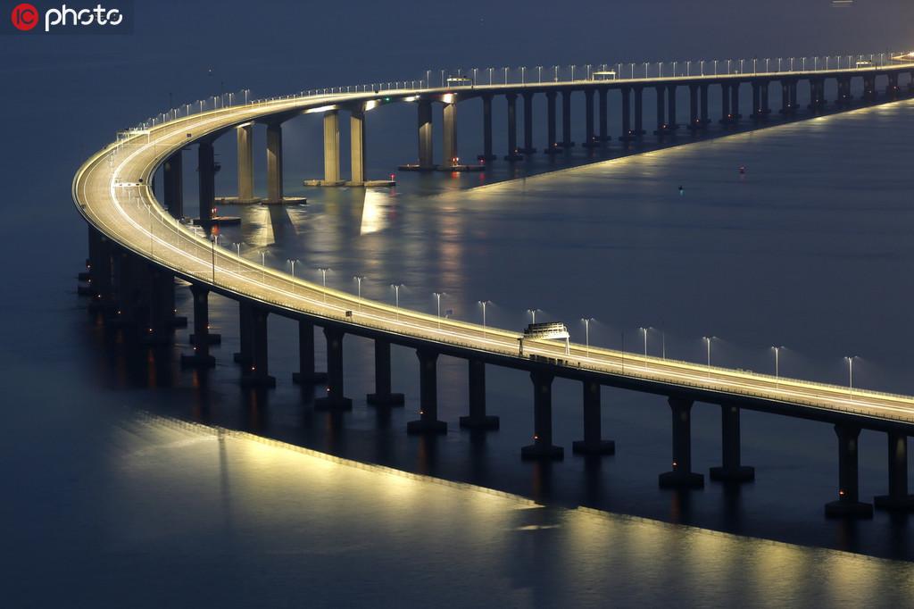 实拍落日余晖下的港珠澳大桥和夜景。