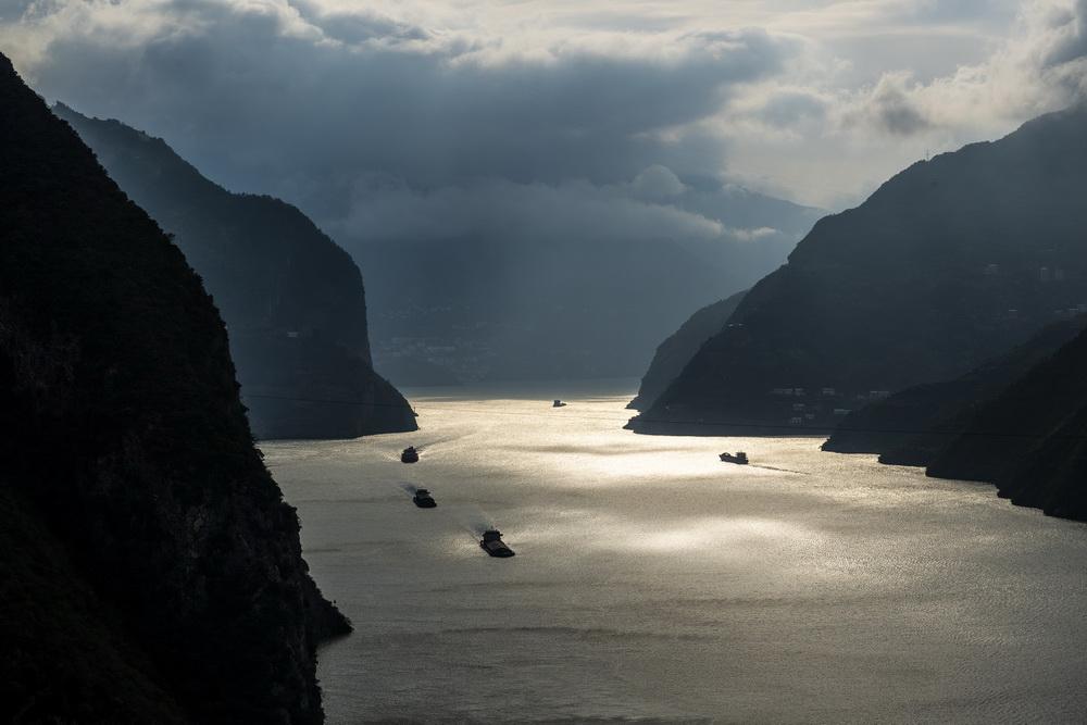 10月28日,船舶行驶在长江三峡西陵峡秭归县水域。新华社发(郑家裕摄)