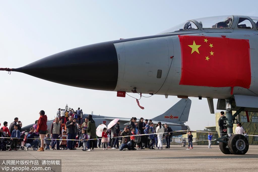 市民和学生正在参观空军现役战机。