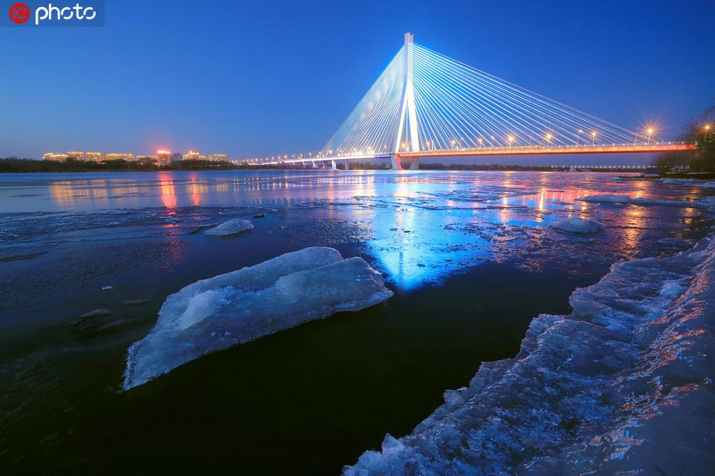 哈尔滨松花江进入流冰期 江面晶莹璀璨如画