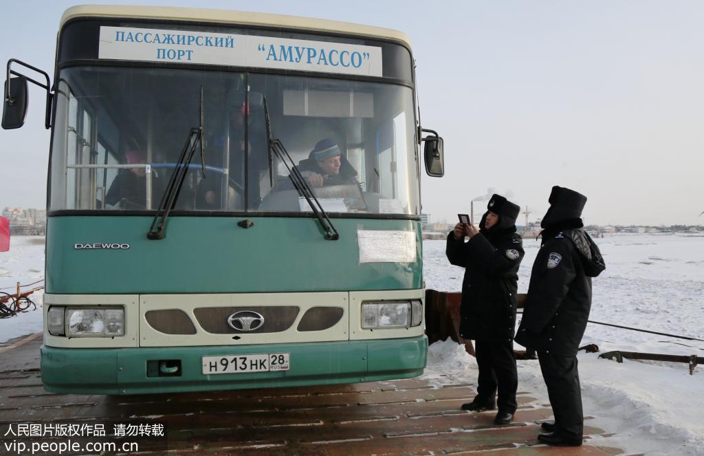 中俄开通界江黑龙江浮箱固冰通道
