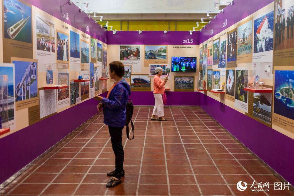 12月19日,澳门民众参观新中国70年民间记忆展。
