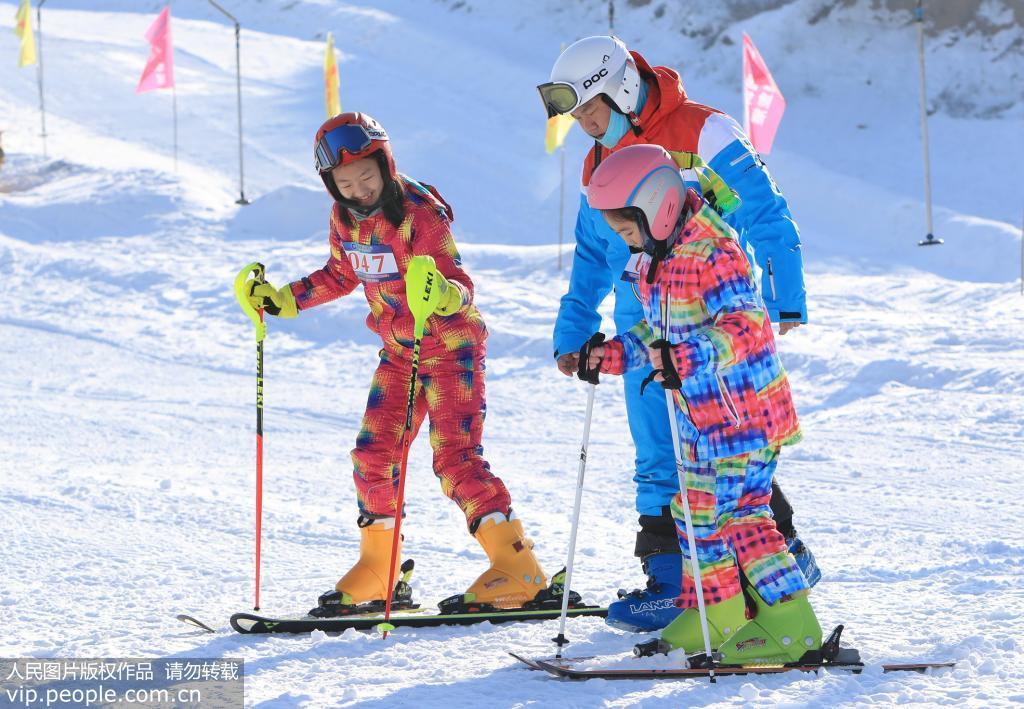 12月21日,市民享受冰雪运动带来的快乐。