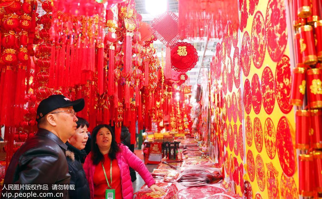 1月6日,市民在老北京年货大集上选购新年饰品。