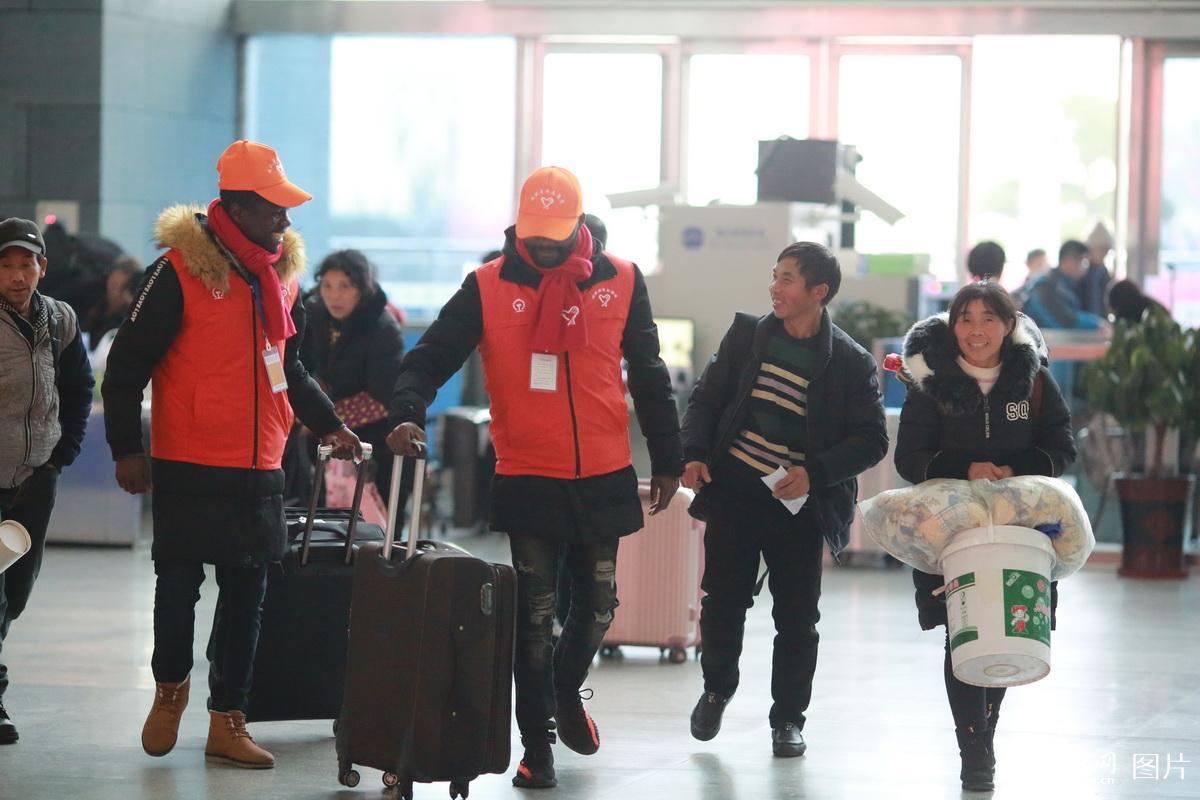 重庆:外籍留学生志愿者服务春运