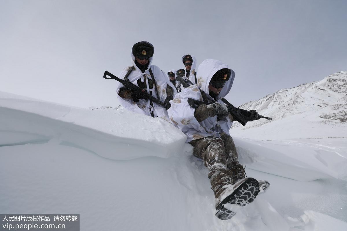 新疆边防官兵踏雪巡逻