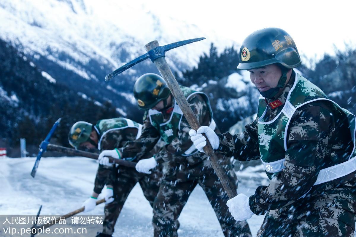 西藏:武警守护他们回家路