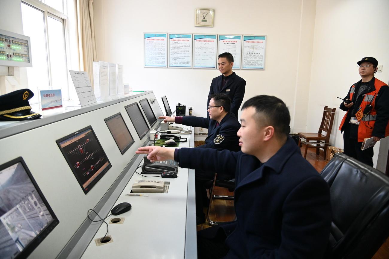 信号楼工作人员通过设备监视列车运行