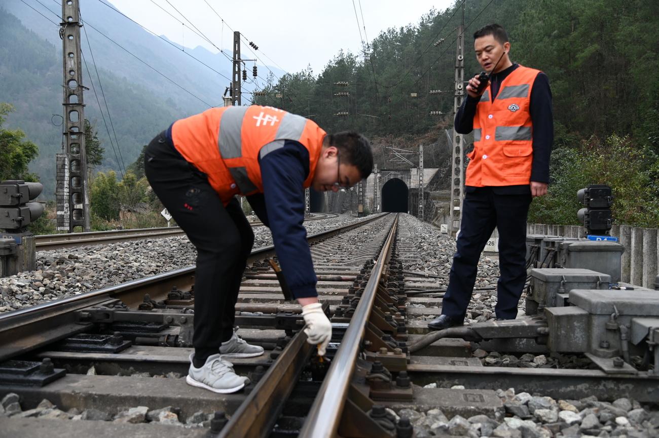 车站工作人员维护保养道岔,确保行车设备稳定,为春运安全保驾护航