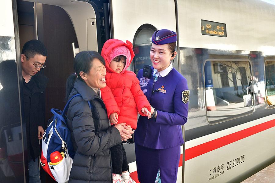 """2020春运:""""青京高铁""""上的乘务员风采。潘峰 摄"""