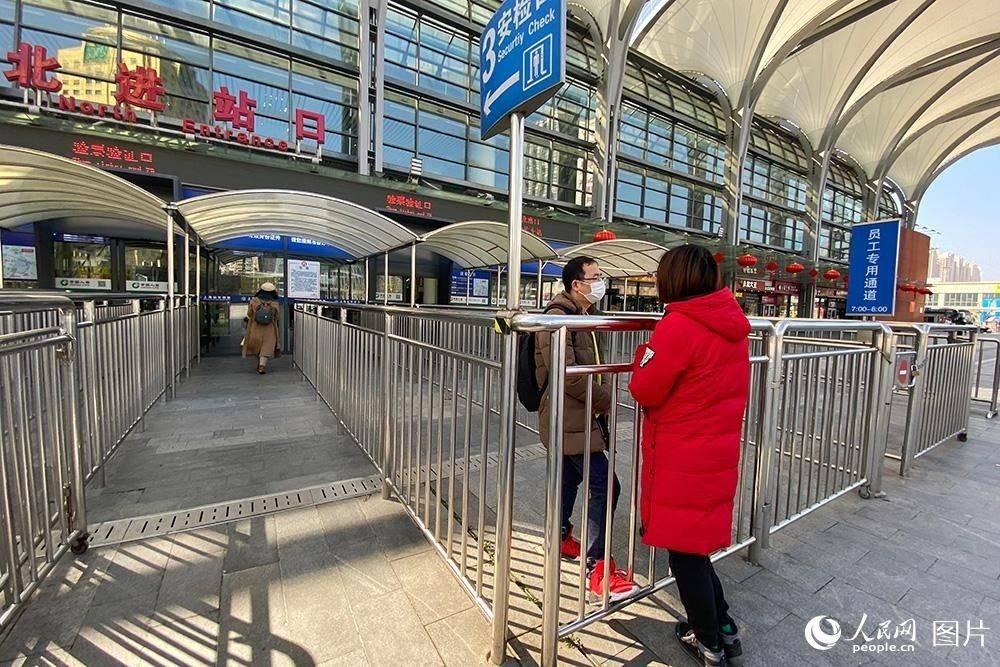 2月2日,上海站外,即将离沪的旅客与送站的亲友依依不舍。(人民网记者 翁奇羽 摄)