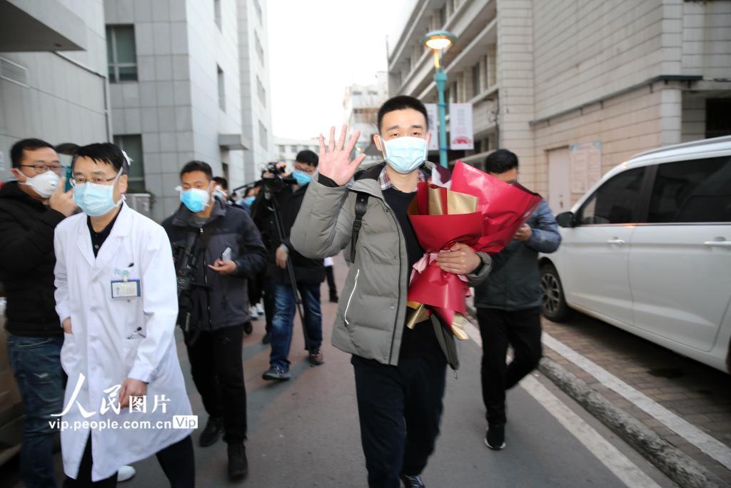 1月31日,江苏省连云港市首例新型冠状病毒感染的肺炎患者治愈出院。(牟进勇 人民图片)
