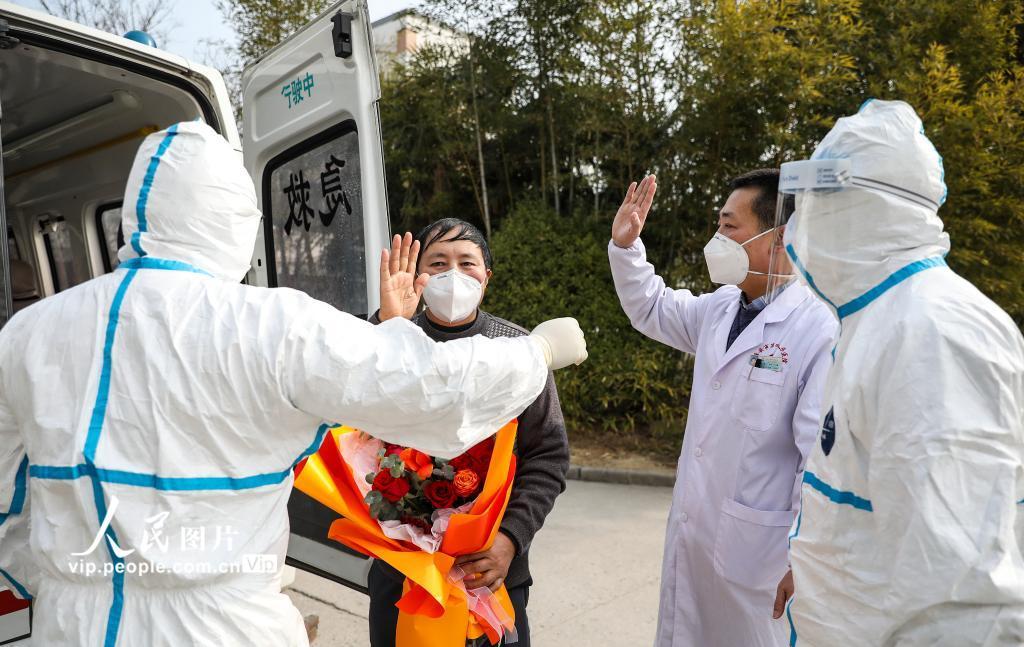 2月1日,江苏淮安,首例治愈的新型冠状病毒感染的肺炎患者出院。(赵启瑞 人民图片)