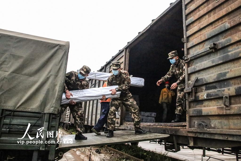 南宁:武警官兵紧急搬运疫情防控救援物资
