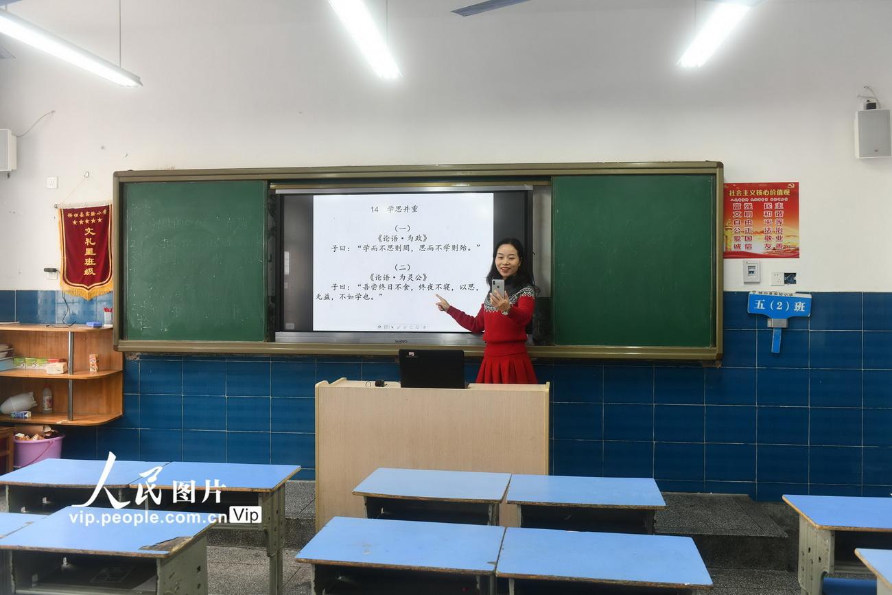 2月13日,在湖北省秭归县实验小学,语文教师王琼在通过线上直播为学生授课。
