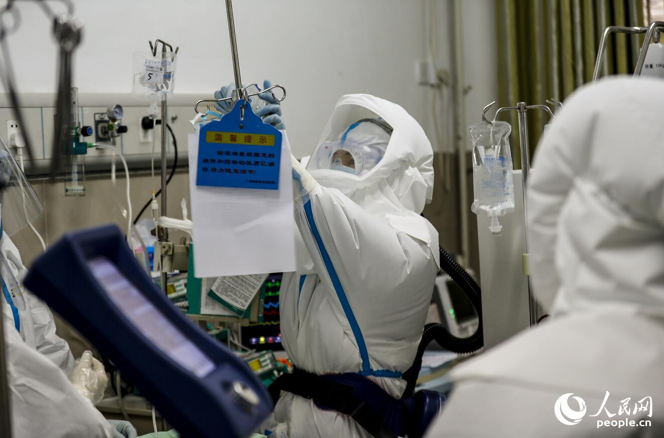 图为中部战区总医院的医护人员正在抢救重症患者。(鲜敢、王皓宇摄影报道)