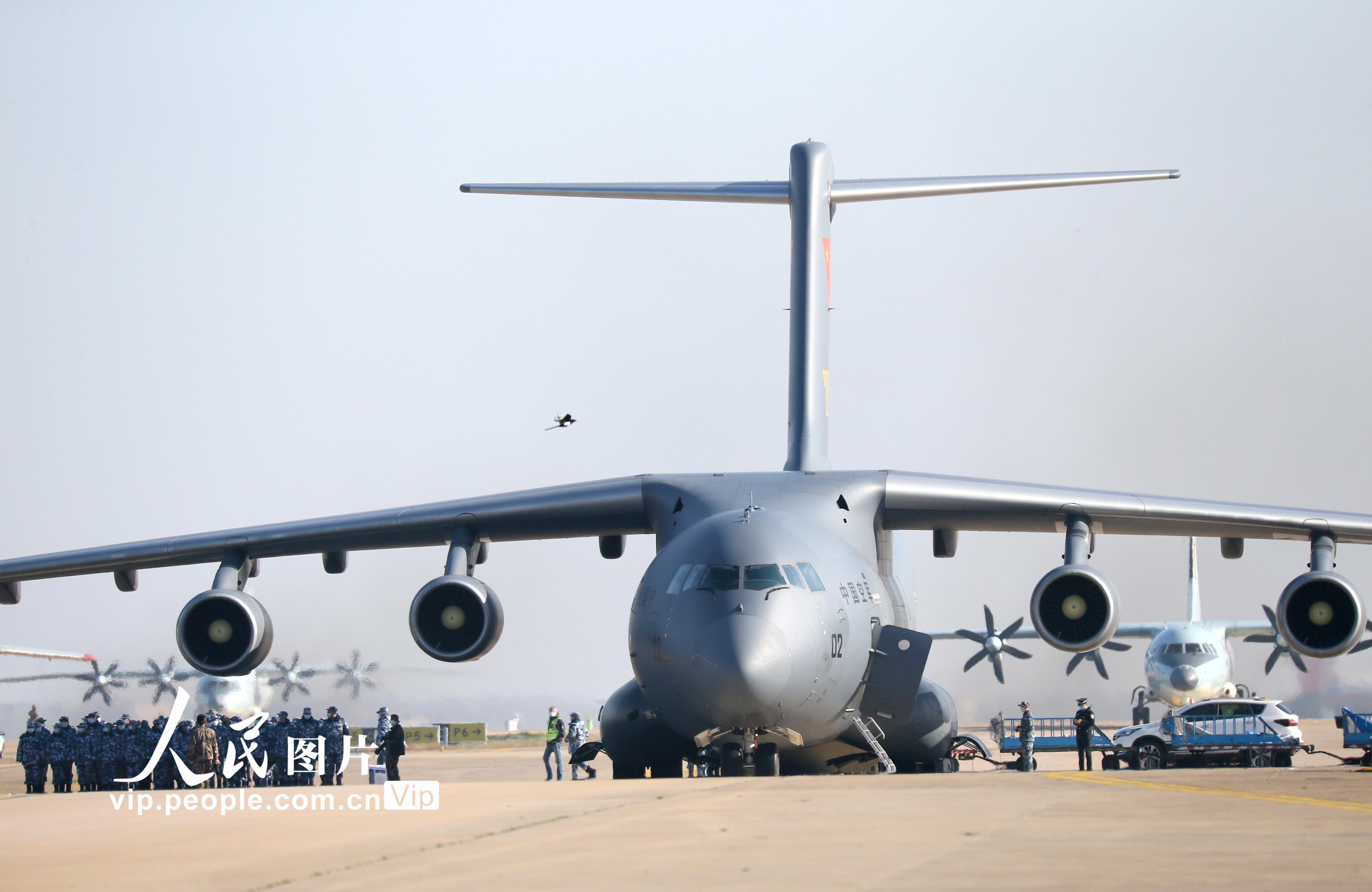 空军第四次向武汉大规模空运医疗队队员和物资