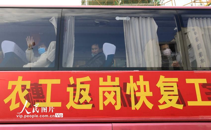 广西春节后首批农民工坐上专车赴粤务工