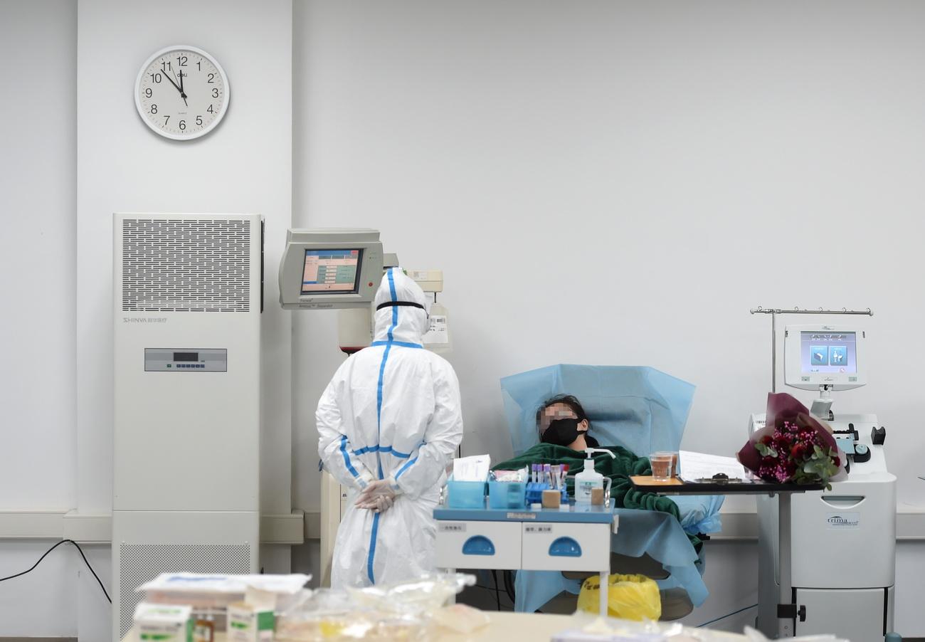2月19日,一名新冠肺炎康复者在位于杭州的浙江省血液中心滨江院区捐献血浆。