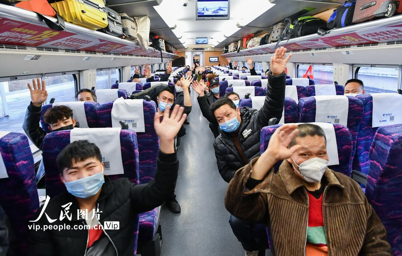 2月27日上午10点12分,四川省广安市广安区首批343名农民工乘坐D2264次专列到浙江省湖州市南浔区,开启新一年的务工之旅。