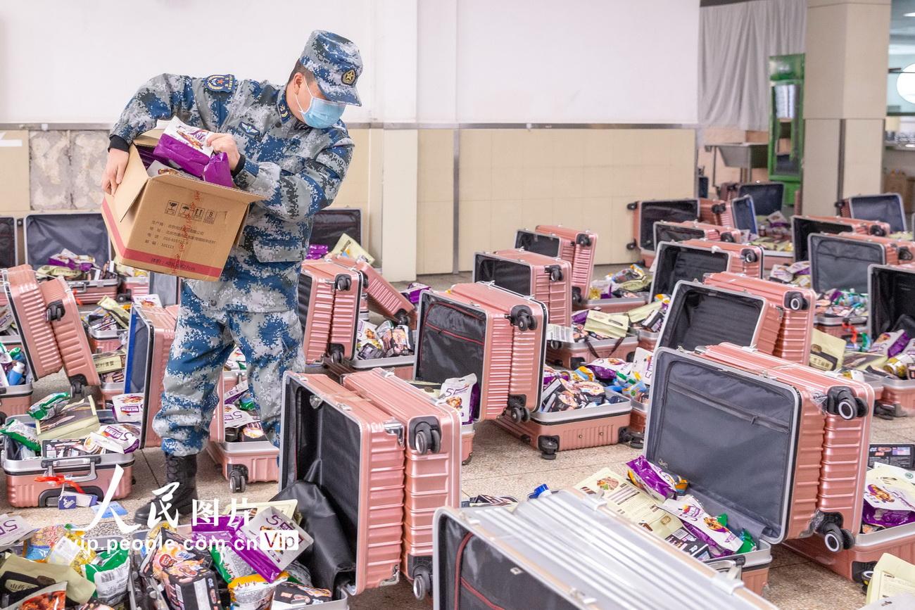 """空军军医大学:蓝天爱心快递助力战""""疫"""""""