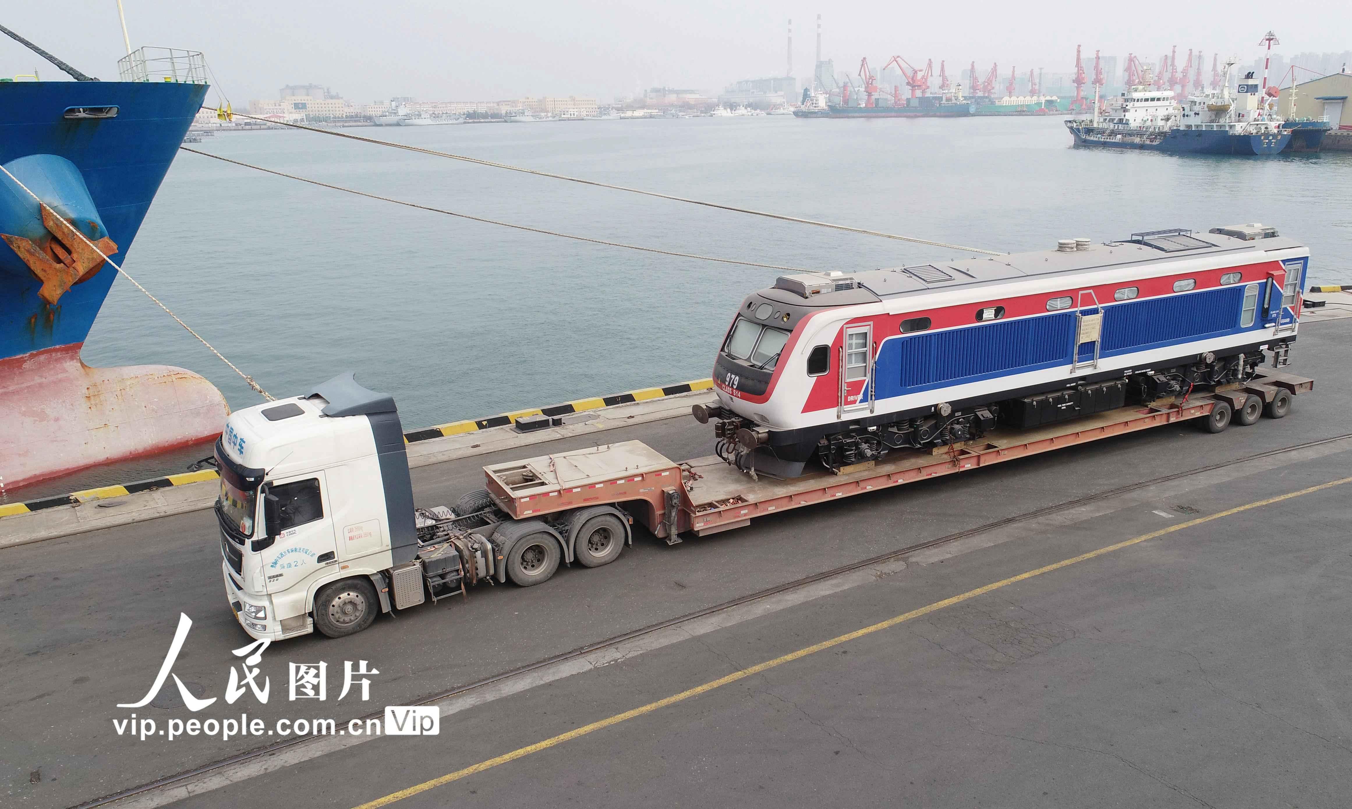 3月3日,中车四方股份公司出口斯里兰卡的最后一批(40辆)内燃动车组在山东港口青岛港大港港区1号码头装船发运。