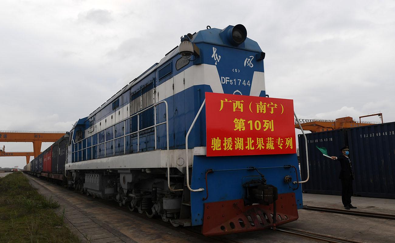 3月3日,广西(南宁)第10列驰援湖北果蔬专列即将发车。