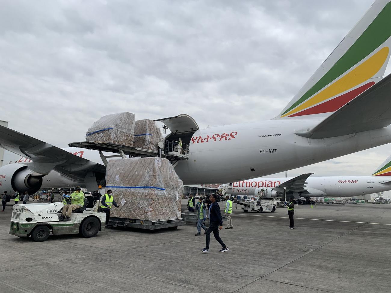 3月22日,在埃塞俄比亚首都亚的斯亚贝巴国际机场,工作人员将中国援助的抗疫物资运下飞机。