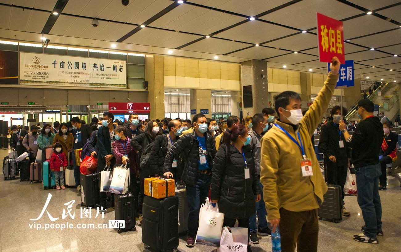 3月23日,来自三峡库区秭归县的返岗复工人员在宜昌东站排队进站。