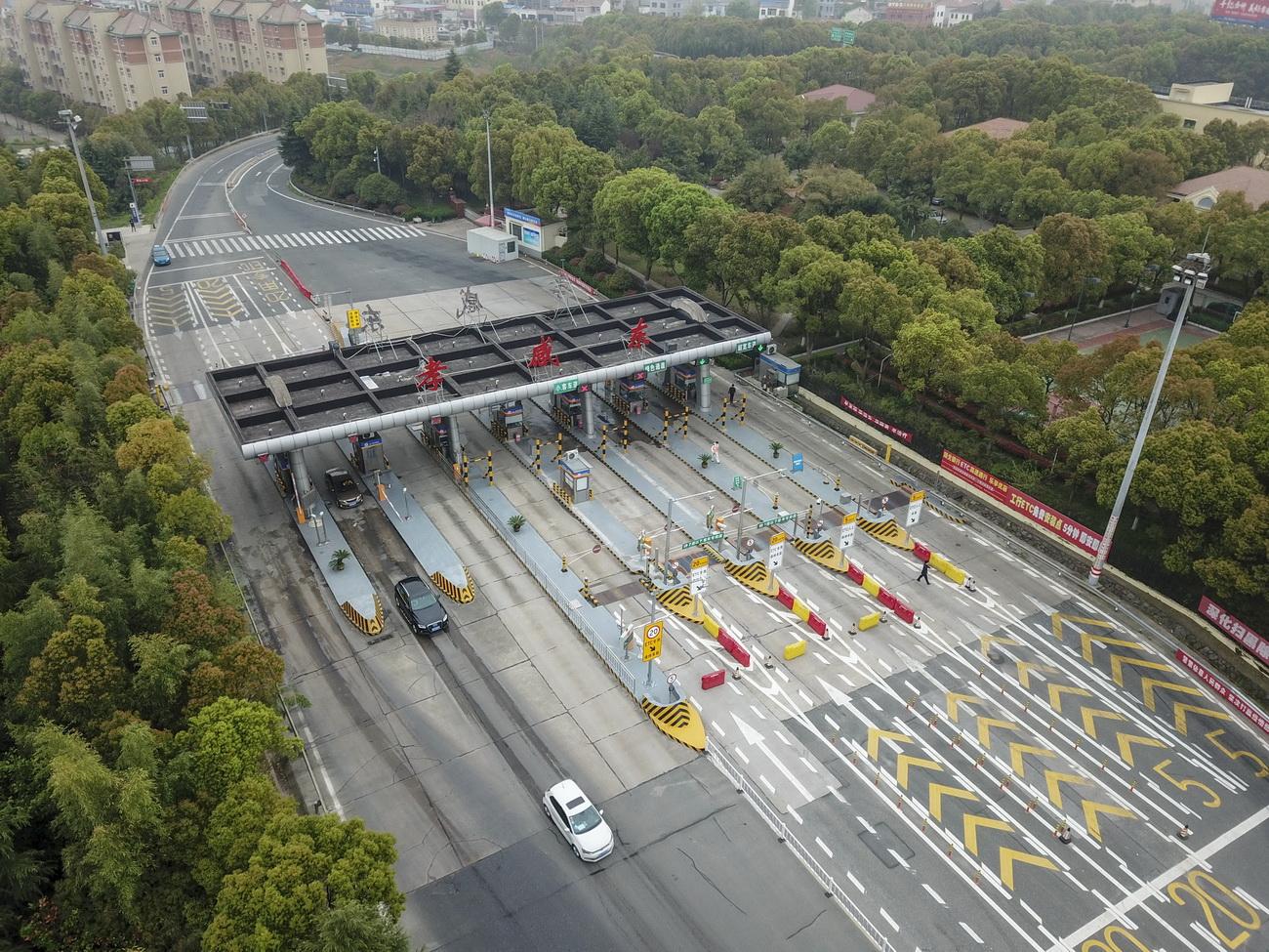 3月25日,车辆有序驶出京港澳高速孝感东出入口(无人机照片)。