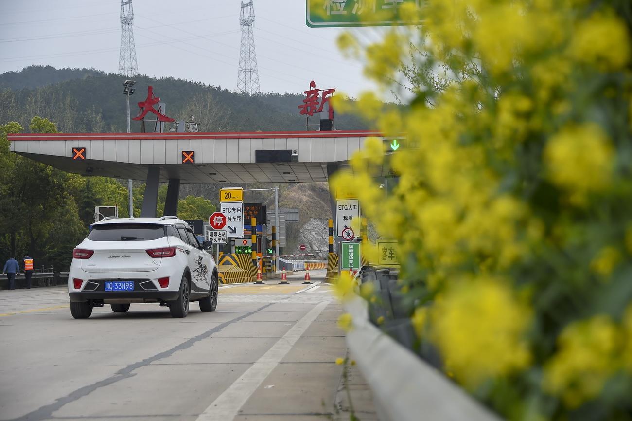 3月25日,一辆汽车即将从京港澳高速大新出入口驶出。大新出入口位于湖北省大悟县境内,是京港澳高速在湖北省最北边的出入口。