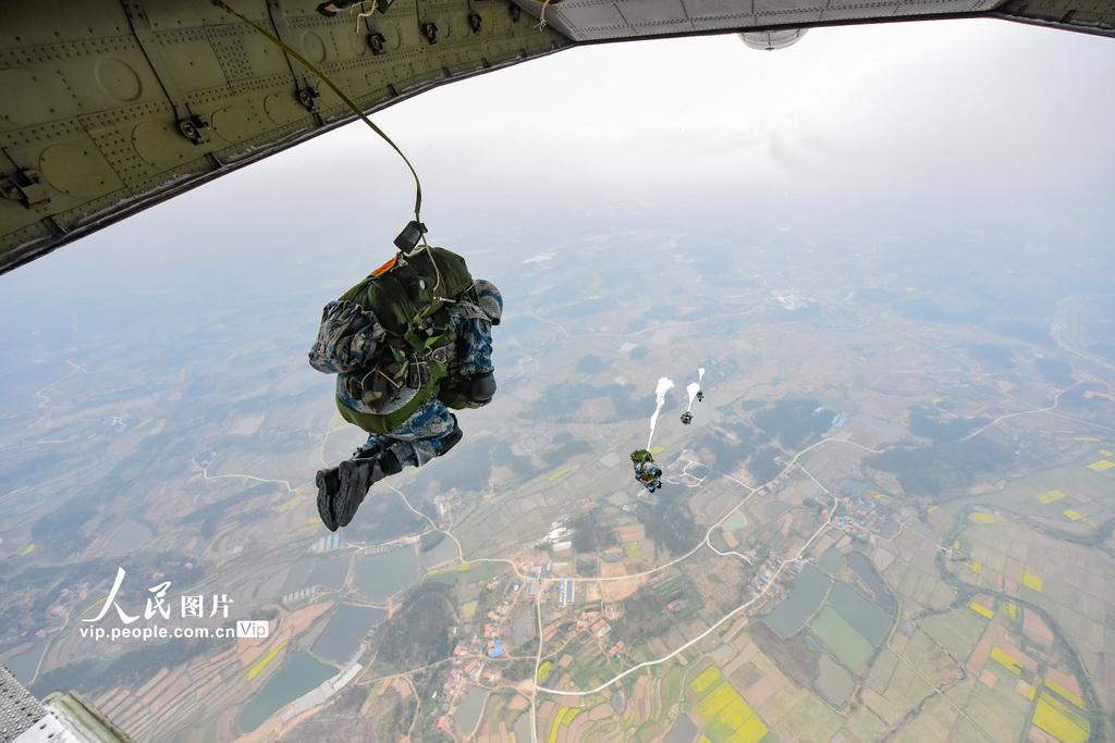 直击驻鄂空军空降兵某旅伞降训练