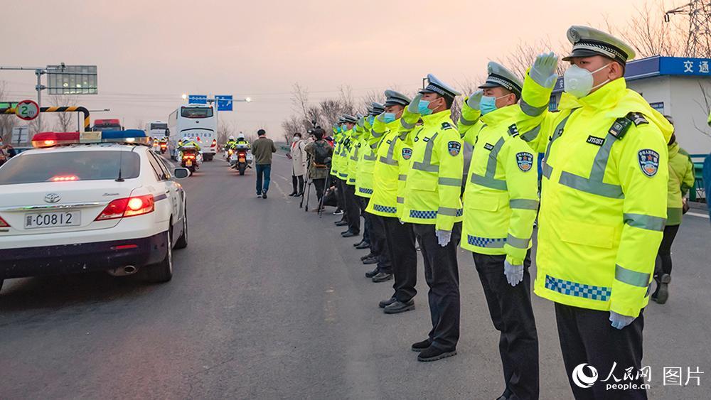 3月18日,秦皇岛交警列队迎接英雄们回家。李强玲 摄