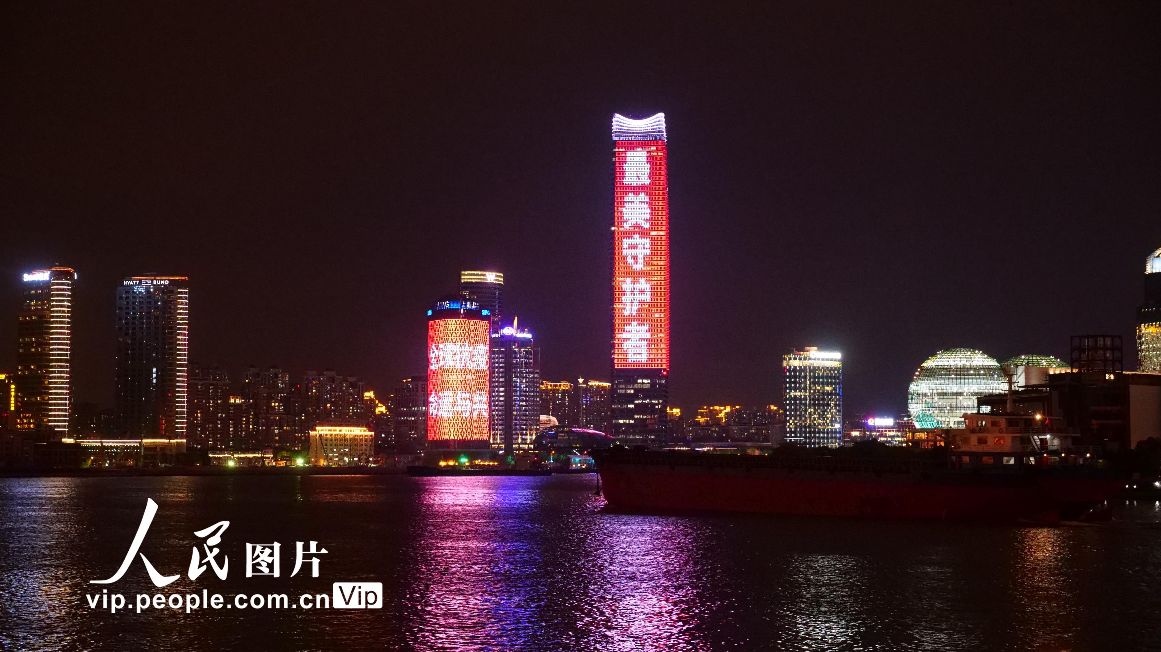 """上海浦江两岸地标建筑""""亮灯"""" 欢迎""""最美守护者""""回家"""