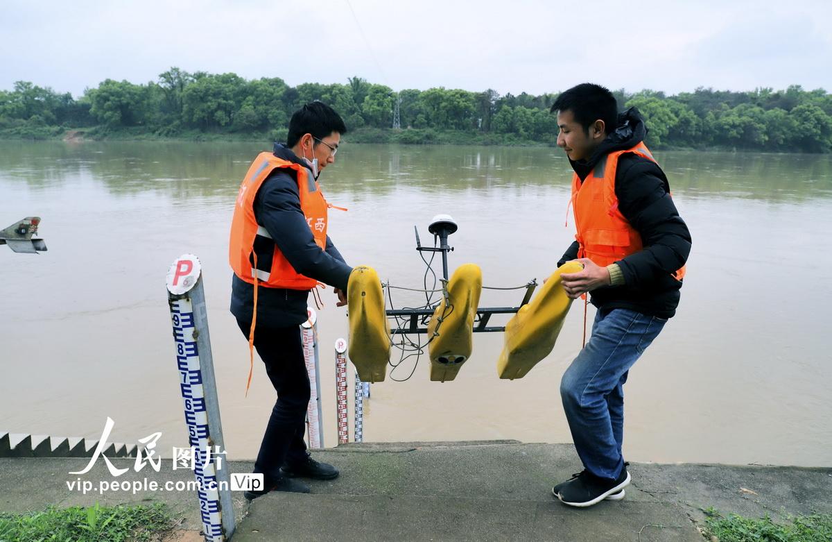 4月1日,水文巡测中心工作人员准备将学多谱勒流速剖面仪放入河流中进行测量。