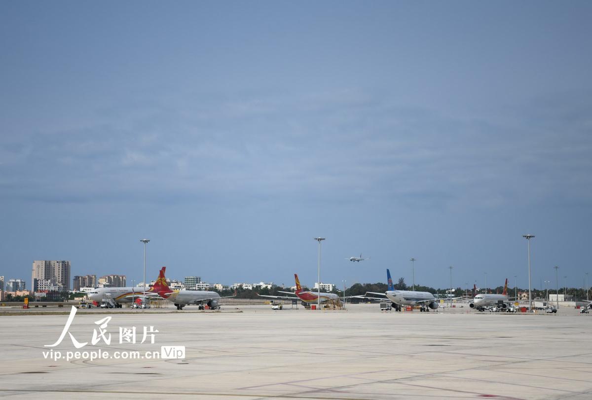 4月8日,由武汉天河机场起飞的MU2527航班搭载48名旅客抵达三亚凤凰国际机场。