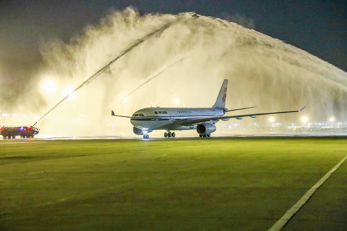 4月7日,国家援鄂医疗队队员乘坐的国航包机在北京首都国际机场受到水门礼迎接。