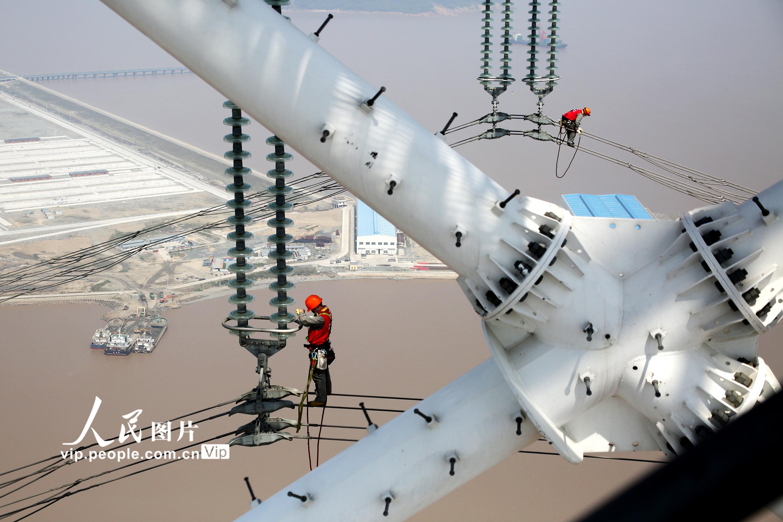 浙江舟山:世界第一输电高塔线路迎来首检
