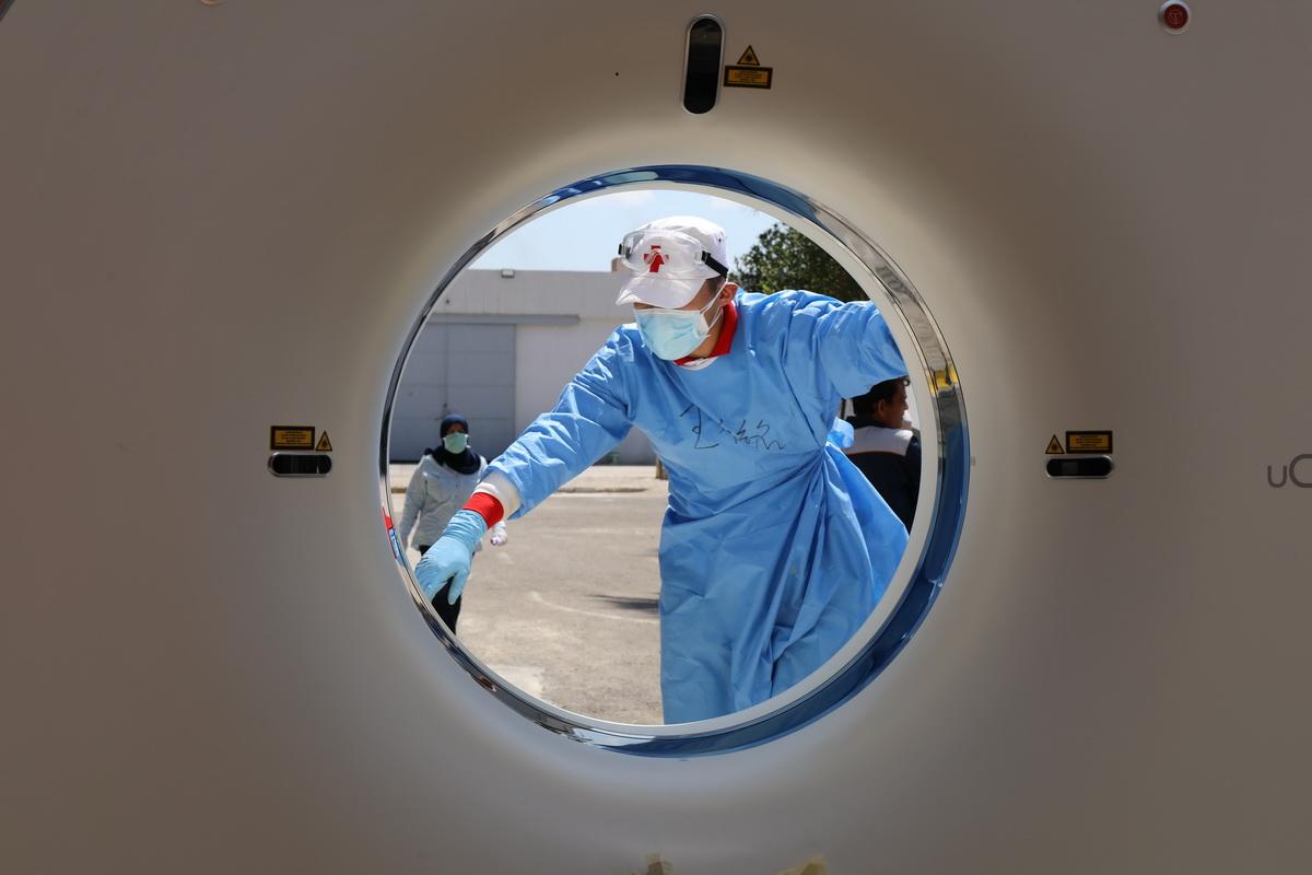 中国专家组在伊拉克架设CT设备