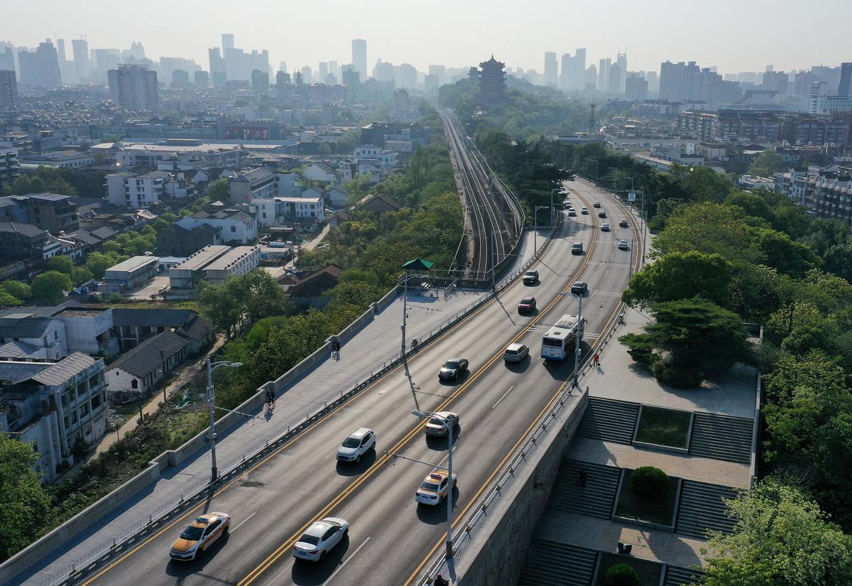 武汉:长江大桥早高峰川流不息