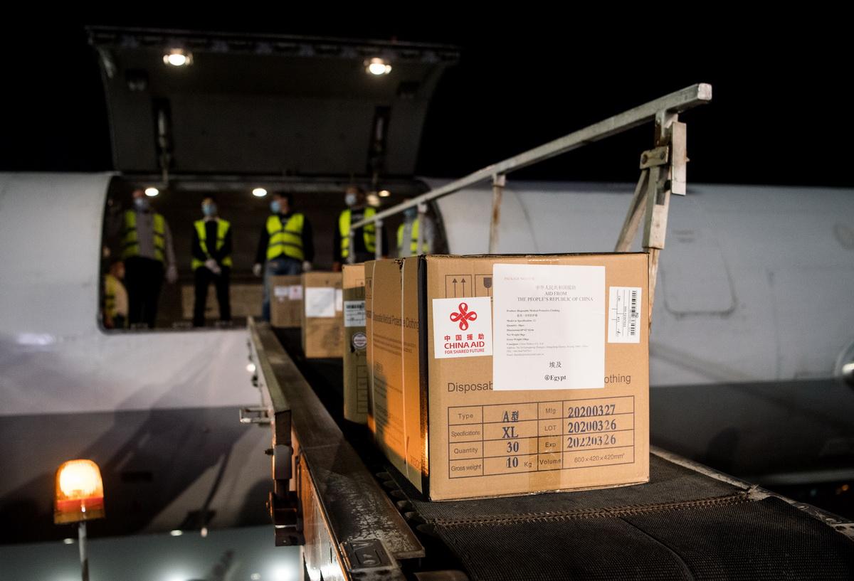这是4月16日在埃及开罗国际机场拍摄的中国向埃及援助的抗疫物资。