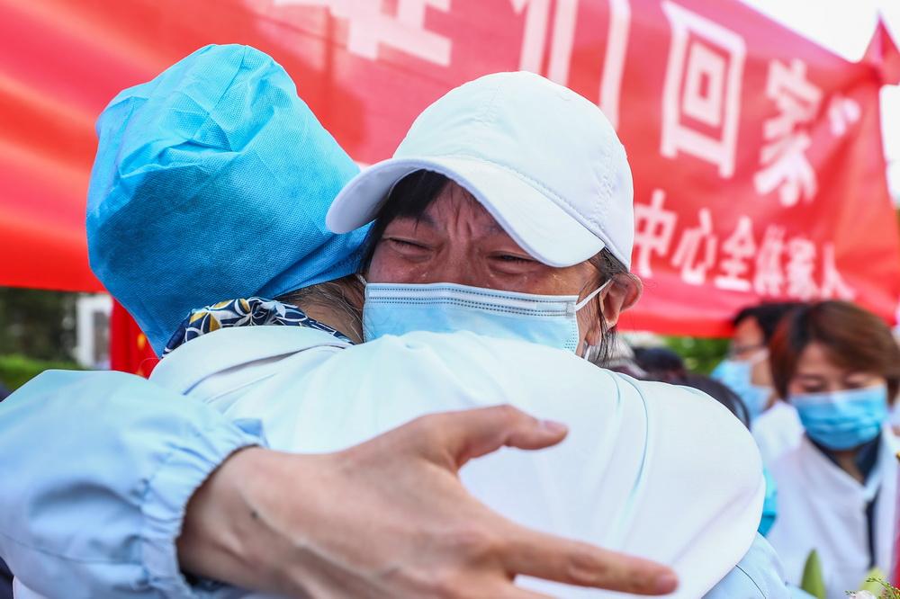 4月20日,一名北京大学人民医院援鄂医疗队员与亲友相拥。