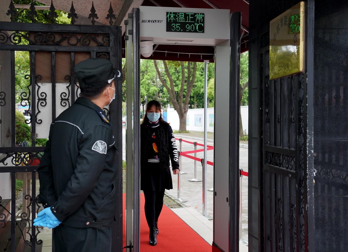 上海各中学积极准备毕业年级开学