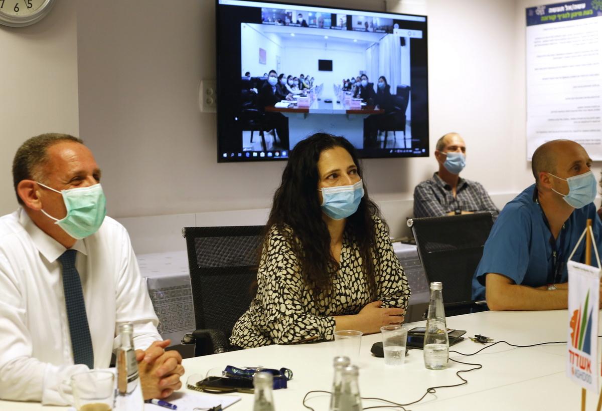 这是4月23日在以色列阿什杜德拍摄的以色列与中国专家就新冠肺炎防治举行的视频交流会议现场。