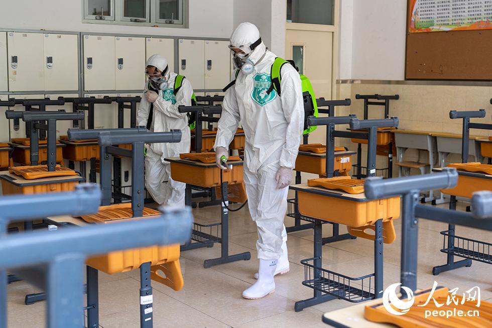 4月24日,消毒防疫人员正在喷洒生物酶制剂,对教室进行生物清洁。(人民网记者 翁奇羽 摄)